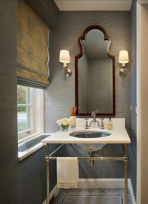 Римская штора в традиционной ванной комнате