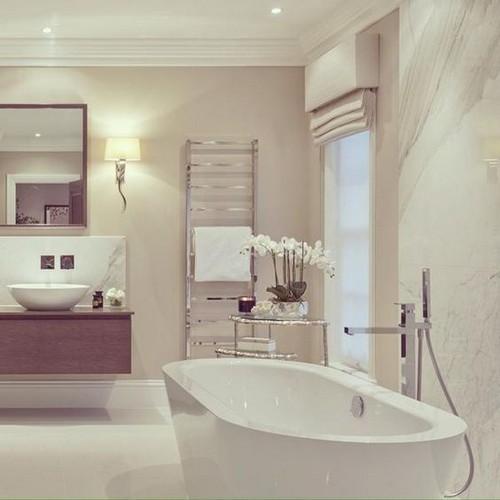 Роскошная ванная комната с римской шторой