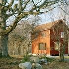 Красный дом отлично вписался в природный ландшафт участка.