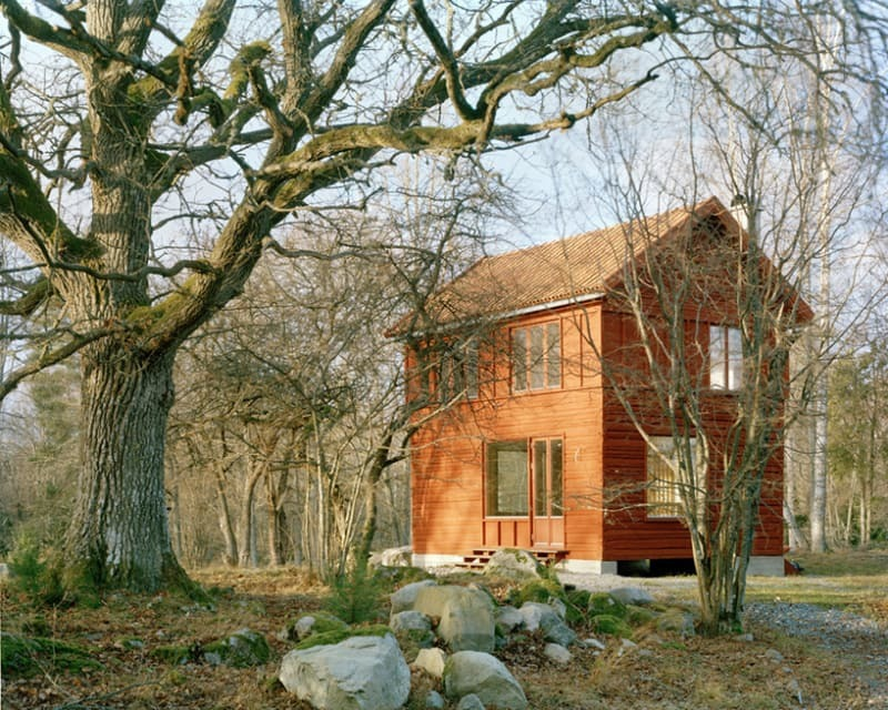 Красный дом отлично вписался в природный ландшафт участка