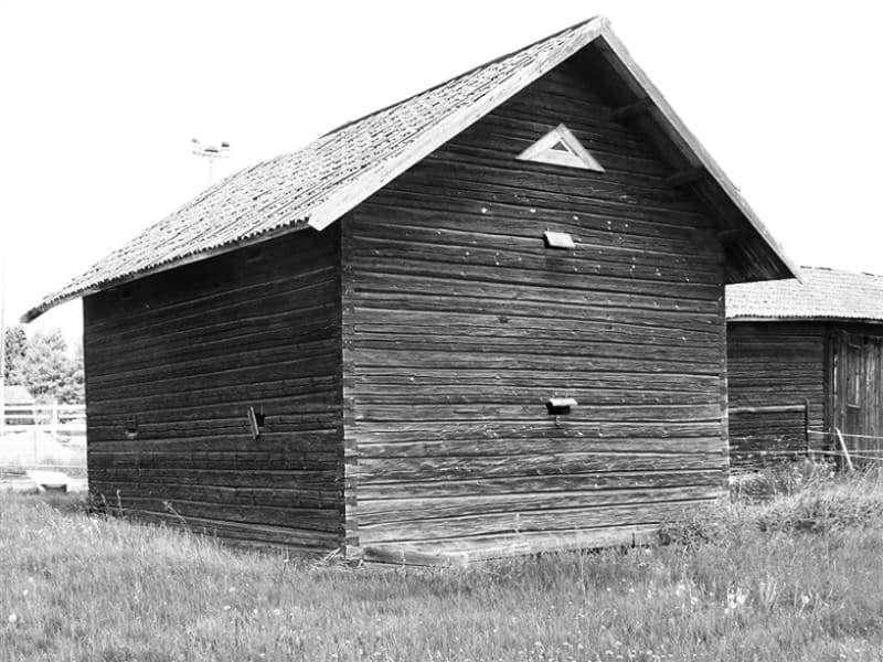 Старый дом из бруса, из которого был построен домик