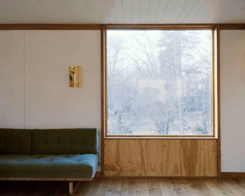 В гостиной были добавлены большие современные окна.