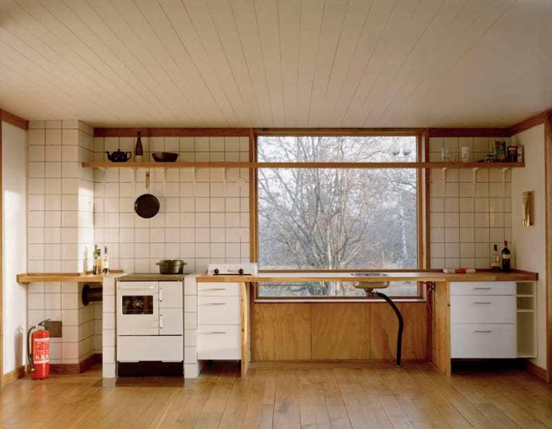 Вдоль одной из стен расположилась кухонная столешница с печкой и мойкой