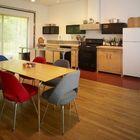 Просторная и светлая кухня-столовая с большим окном.