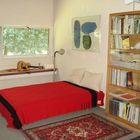 Великолепная спальня с полкой под окном.