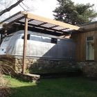 Вокруг этого трейлер и был возведен дом. Его черты контрастируют с прямоугольными очертаниями дома.