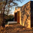 Игра тени и света украшает дом как снаружи, так и внутри.