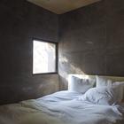 Минималистский интерьер спальни. Потолок отделан деревом.