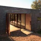 Стальные двери хорошо защищают дом в отсутствие хозяев. (минимализм,архитектура,дизайн,экстерьер,интерьер,дизайн интерьера,мебель,маленький дом,вход,прихожая,фасад,на открытом воздухе,патио,балкон,терраса)