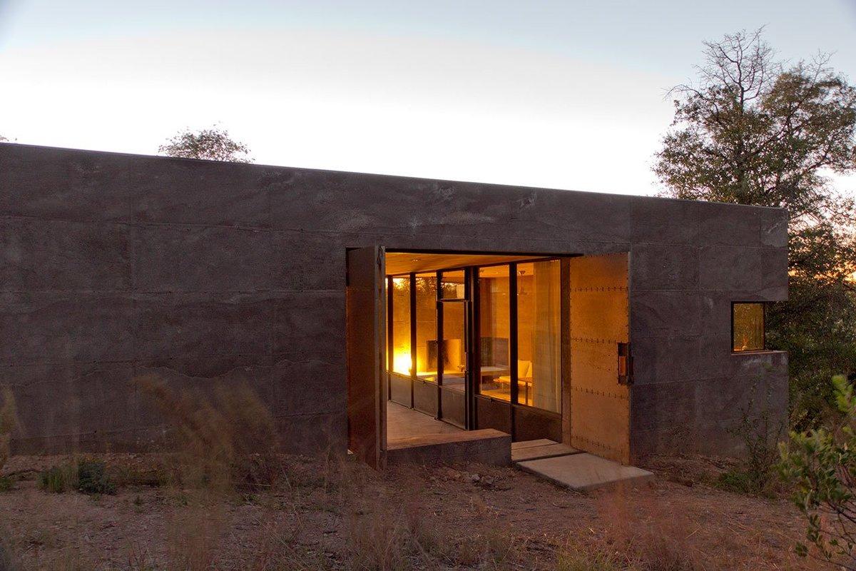 Хорошо видна остекленная стена жилой комнаты выходящая в сени