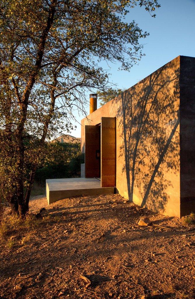 Игра тени и света украшает дом как снаружи, так и внутри