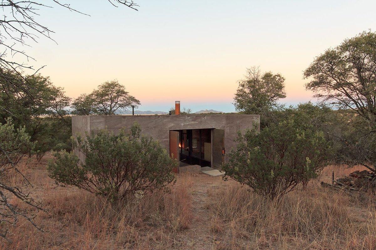 Приземистый дом хорошо вписался в окружающий пейзаж.