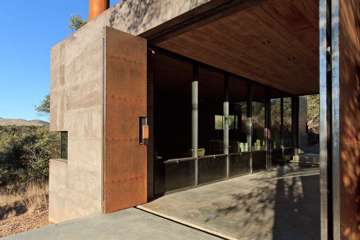 Входные двери не окрашены, поэтому ржавчина год за годом облагораживает их внешний вид