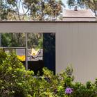 Крыша у дома плоская или почти плоская.