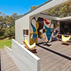 Во фреске на стене террасы чувствуется влияние Ле Корбюзье. (1950-70е,середина 20-го века,медисенчери,медисенчери модерн,средневековый модерн,модернизм,mcm,архитектура,дизайн,экстерьер,интерьер,дизайн интерьера,мебель,на открытом воздухе,патио,балкон,терраса)