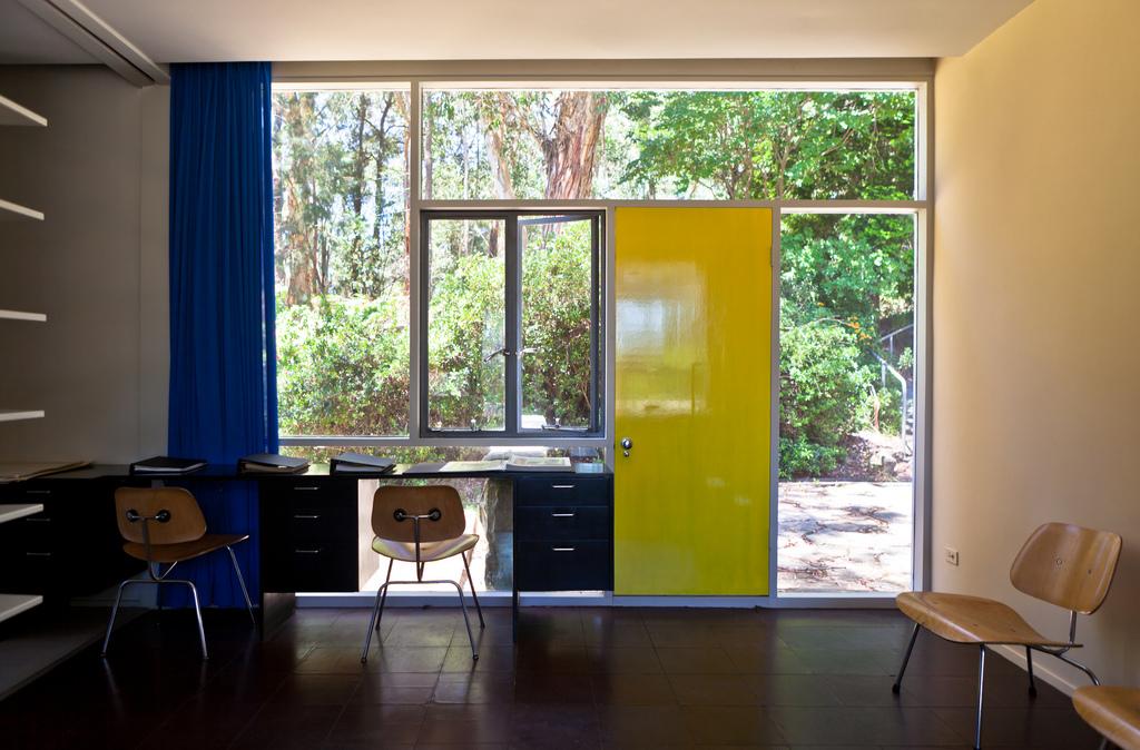 Домашний офис со входом с отдельным входом.