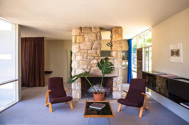 Жилая комната с камином и креслами-кузнечиками Сааринена.