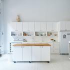 Колеса этого белого кухонного острова с белой столешницей позволяют придвинуть его к кухне, когда нужно готовить, или отодвинуть в сторону, когда нужно больше места. (кухня,дизайн кухни,интерьер кухни,кухонная мебель,мебель для кухни,индустриальный,лофт,винтаж,стиль лофт,индустриальный стиль,современный,интерьер,дизайн интерьера,мебель,скандинавский,скандинавский интерьер,скандинавский стиль)