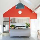 В этой яркой и современной кухне кухонный остров может менять свое расположение в зависимости от потребностей. (кухня,дизайн кухни,интерьер кухни,кухонная мебель,мебель для кухни,индустриальный,лофт,винтаж,стиль лофт,индустриальный стиль,современный,интерьер,дизайн интерьера,мебель)