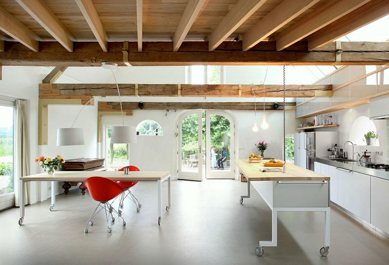 Еще лучше, когда и обеденный стол и кухонный остров с барной стойкой имеют колеса и могут легко передвигаться по кухне
