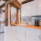 Деревянные балки и кафельная плитка задают настроение на этой кухне.