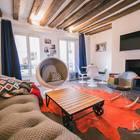 Гостиная с камином и мебелью разных эпох. (квартиры,апартаменты,мебель,интерьер,дизайн интерьера,эклектика,смешение стилей,средиземноморский,средиземноморский интерьер,средиземноморский дом,средиземноморский стиль,индустриальный,лофт,винтаж,стиль лофт,индустриальный стиль,1950-70е,середина 20-го века,медисенчери,медисенчери модерн,гостиная,дизайн гостиной,интерьер гостиной,мебель для гостиной)