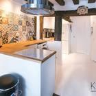 Проходная кухня в средиземноморском стиле и вытяжкой в стиле лофт.