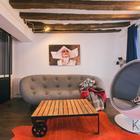 Столик в стиле лофт хорошо сочетается с деревянными балками и стеклянной перегородкой. (квартиры,апартаменты,мебель,интерьер,дизайн интерьера,эклектика,смешение стилей,средиземноморский,средиземноморский интерьер,средиземноморский дом,средиземноморский стиль,индустриальный,лофт,винтаж,стиль лофт,индустриальный стиль,1950-70е,середина 20-го века,медисенчери,медисенчери модерн,гостиная,дизайн гостиной,интерьер гостиной,мебель для гостиной)