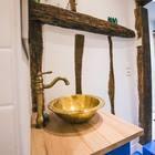 Умывальник и балки в стена ванной комнаты в средиземноморском стиле.
