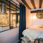 Яркая кухня украшает и спальню. Плотные шторы позволяют создать уединение в спальне, когда нужно.
