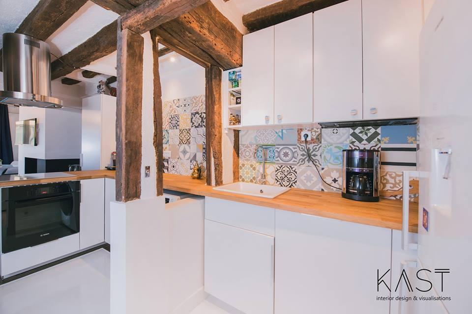 Деревянные балки и кафельная плитка задают настроение на этой кухне