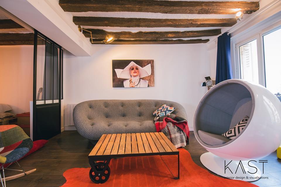 Столик в стиле лофт хорошо сочетается с деревянными балками и стеклянной перегородкой.