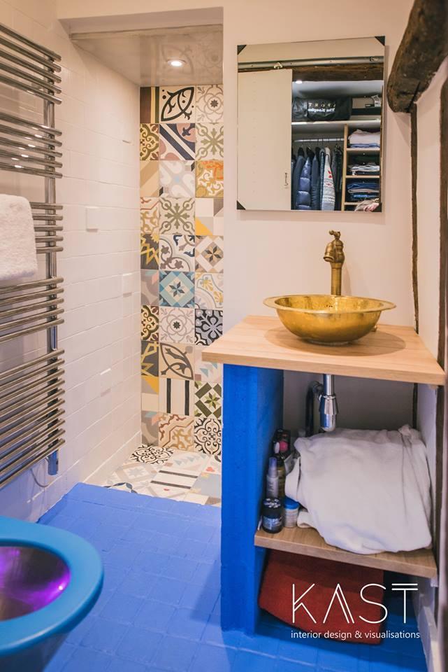 В душевой применена та же кафельная плитка на стенах, что и на кухне.