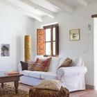 Глухие деревянные ставни не только добавляют дому шарма, но и эффективно защищают от жаркого солнца.
