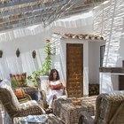 Гостиная с камином на свежем воздухе. Плетеная мебель отлично сочетается с тростниковой крышей. (средиземноморский,средиземноморский интерьер,средиземноморский дом,средиземноморский стиль,архитектура,дизайн,экстерьер,интерьер,дизайн интерьера,мебель,гостиная,дизайн гостиной,интерьер гостиной,мебель для гостиной,на открытом воздухе,патио,балкон,терраса)
