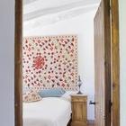 Настенный ковер и подушки с традиционными местными орнаментами удачно подчеркивают приятную сельскую атмосферу.
