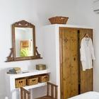 Встроенные шкафы, столики и полки являются характерной чертой средиземноморского интерьера. Дополняют эффект плетеные и грубые деревянные элементы. (средиземноморский,средиземноморский интерьер,средиземноморский дом,средиземноморский стиль,архитектура,дизайн,экстерьер,интерьер,дизайн интерьера,мебель,спальня,дизайн спальни,интерьер спальни)
