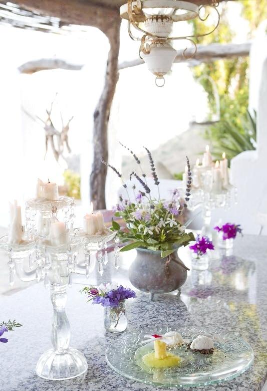 Элементы декора, как хрустальный подсвечник или глиняная вазочка, создают неповторимую атмосферу.