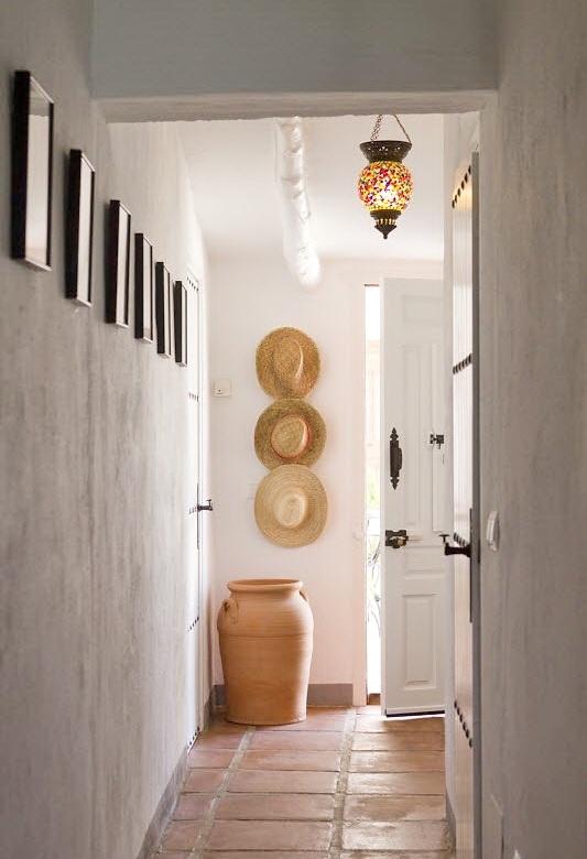 Соломенные шляпы и глиняные вазы часто встречаются в качестве средиземноморского декора