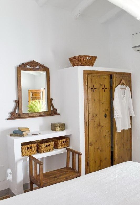 Встроенные шкафы, столики и полки являются характерной чертой средиземноморского интерьера. Дополняют эффект плетеные и грубые деревянные элементы.