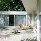 Спальня также имеет выход во двор через большое сдвижное окно. (на открытом воздухе,патио,балкон,терраса,фасад,1950-70е,мебель,архитектура,дизайн,интерьер,экстерьер)