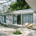 Жилой дворик дома вокруг которого организовано жилое пространство дома. (на открытом воздухе,патио,балкон,терраса,1950-70е,архитектура,дизайн,интерьер,экстерьер,мебель,фасад)