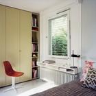 Полочка-подоконник в спальне очень удобна. Интерьер спальни выдержан в духе того времени когда был построен дом. (спальня,1950-70е,мебель,архитектура,дизайн,интерьер,экстерьер)