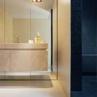 Зеркальная стена в ванной не только очень функциональна, но и визуально расширяет и без того немаленькое пространство. (ванна,санузел,душ,туалет,мебель,архитектура,дизайн,интерьер,экстерьер,1950-70е)