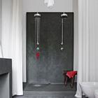 Два душа в ванной комнате. Красные полотенце, коврик и мочалка добавляют красок в черно-белый интерьер ванной комнаты. (средиземноморский,средиземноморский интерьер,средиземноморский дом,средиземноморский стиль,деревенский,сельский,кантри,архитектура,дизайн,экстерьер,интерьер,дизайн интерьера,мебель,ванна,санузел,душ,туалет,дизайн ванной,интерьер ванной,сантехника,кафель)