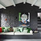Интерьер гостиной черно-белый, света добавляют элементы декора.