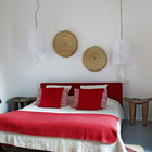 Спальня на втором мансардном этаже. Интересные деревянные табуреты в качестве прикроватных тумбочек.