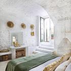Спальня в цокольном этаже со сводчатыми потолками. (средиземноморский,средиземноморский интерьер,средиземноморский дом,средиземноморский стиль,деревенский,сельский,кантри,архитектура,дизайн,экстерьер,интерьер,дизайн интерьера,мебель,спальня,дизайн спальни,интерьер спальни)