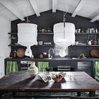 Стол найденный на блошином рынке отлично подошел рустикальному интерьеру кухни-столовой. (средиземноморский,средиземноморский интерьер,средиземноморский дом,средиземноморский стиль,деревенский,сельский,кантри,архитектура,дизайн,экстерьер,интерьер,дизайн интерьера,мебель,кухня,дизайн кухни,интерьер кухни,кухонная мебель,мебель для кухни,столовая,дизайн столовой,интерьер столовой,мебель для столовой,жилая комната)