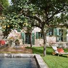 Уютный дворик с бассейном из старой емкости для воды.